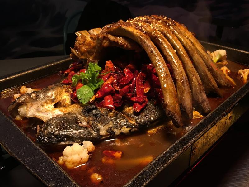 「水貨」餐廳主打重慶烤魚料理,在新北市中和區算是少見的餐飲類型,吸引不少客人朝聖打卡。