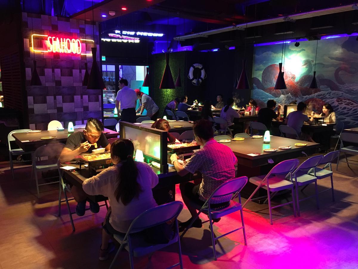炫目的霓虹燈給人在夜店用餐的氛圍。