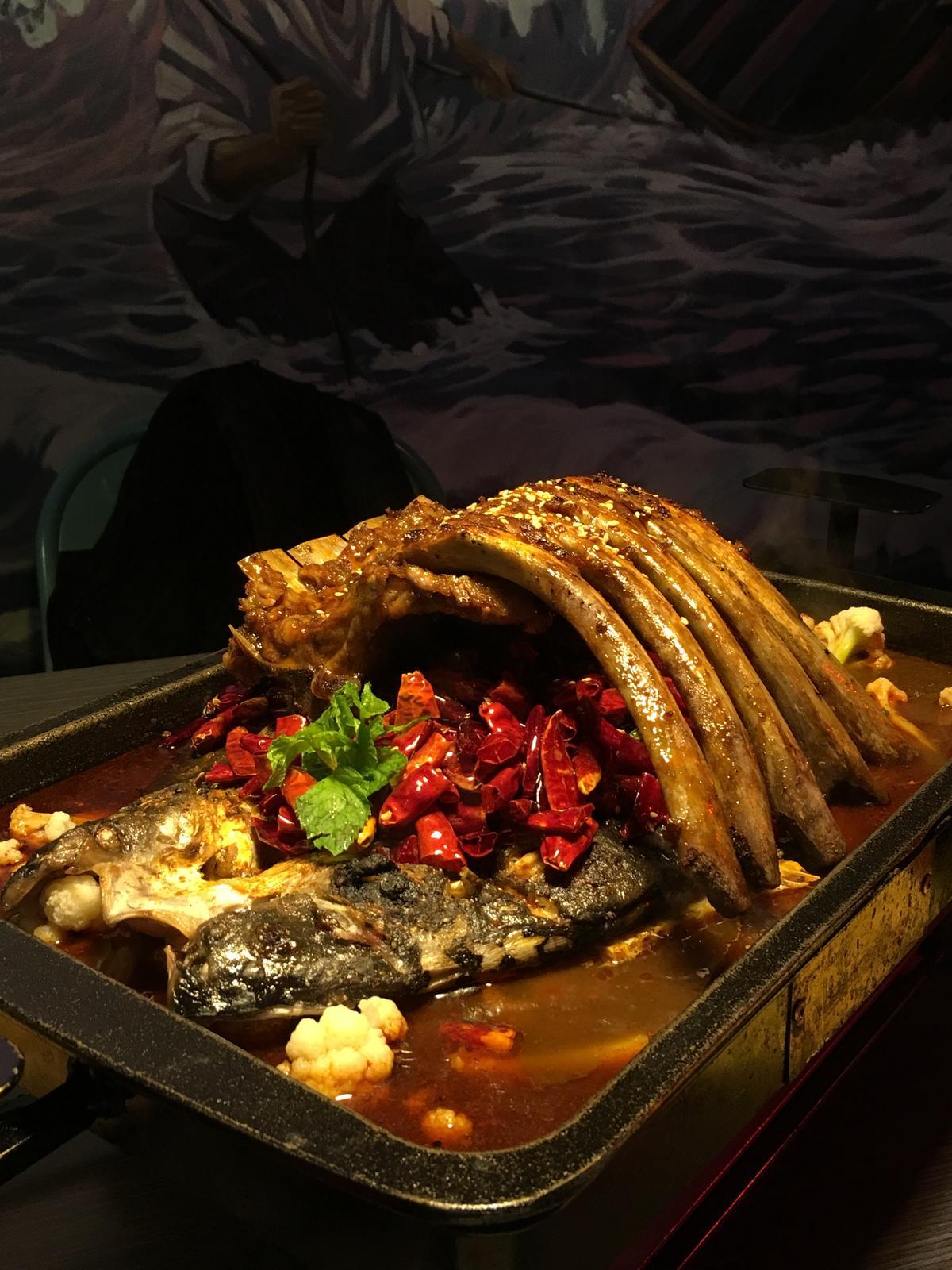 「熊掌烤魚」跟上今年鍋物都要做得超浮誇的「食尚」風格。(776元/雙人份)