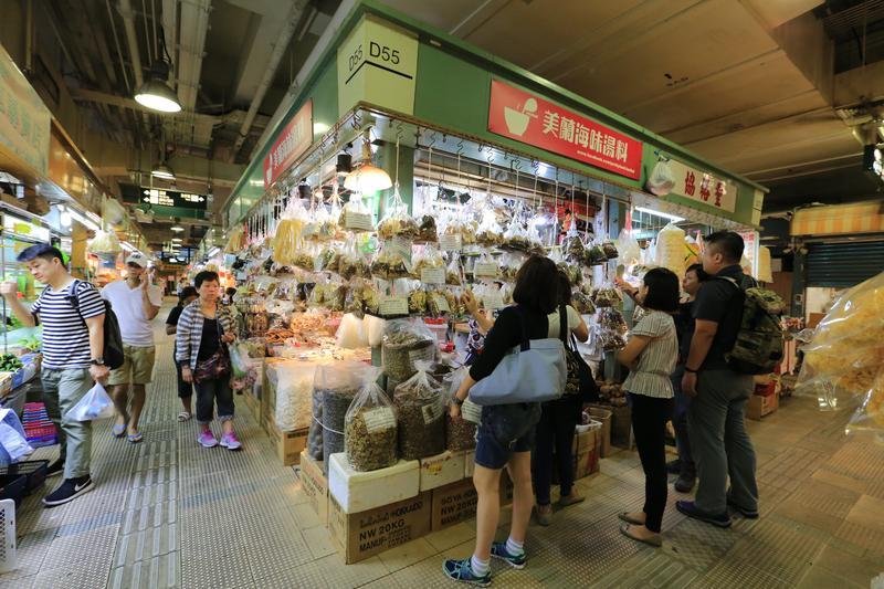 大埔菜市場裡的「美蘭海味湯料」,備齊了四季養生湯料,香港許多主婦每週都來補貨。