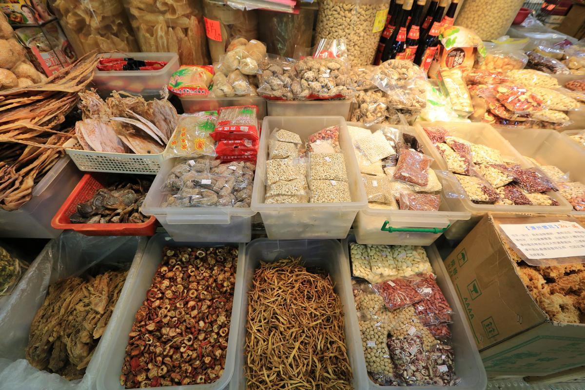 許多食材都已分裝,整齊地擺在攤位上。