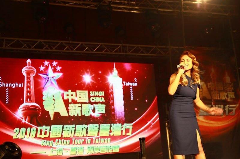 《中國新歌聲》已在台灣舉辦三屆活動,圖為葉瑋庭去年11月在景美女中表演的盛況。(翻攝自中國新歌聲台灣行臉書)