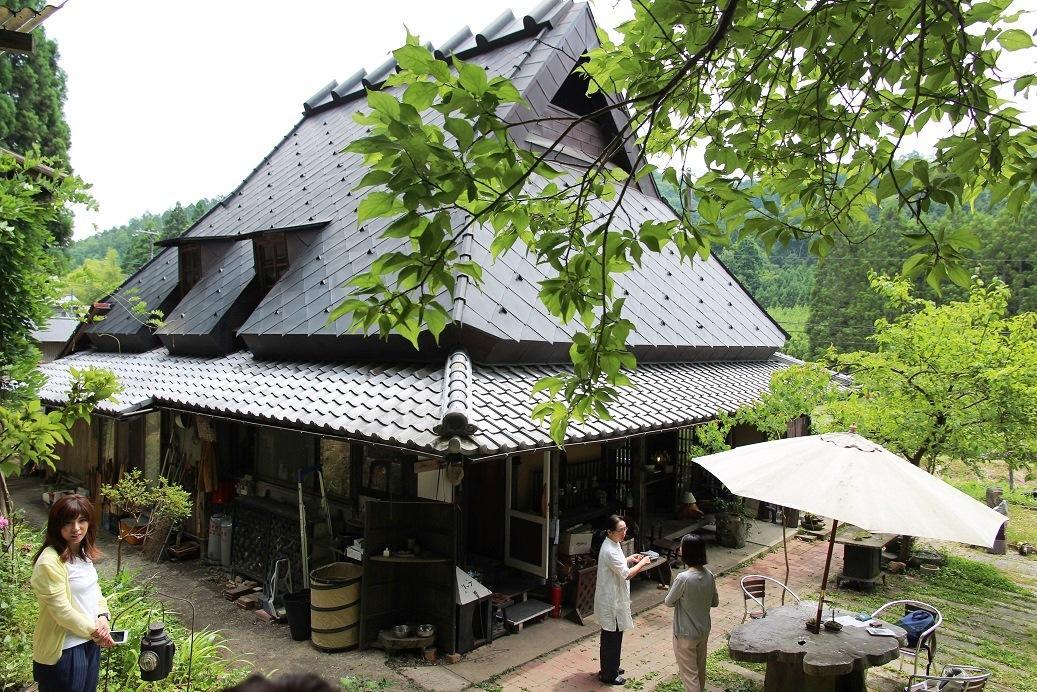 在民宿附近,有間也藏在山林裡頭的咖啡店和體驗手作小店。