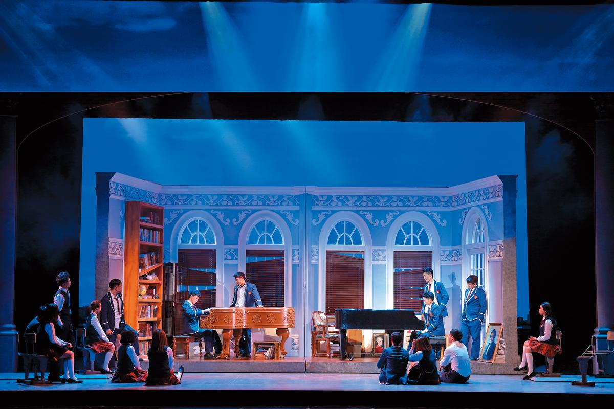 音樂劇《不能說的祕密》將原創電影中的鬥琴場景搬上舞台,男女主角曹楊(左二)、汪小敏(左一)現唱周氏情歌,也成功重塑浪漫愛情故事。(北京環球百老匯提供)