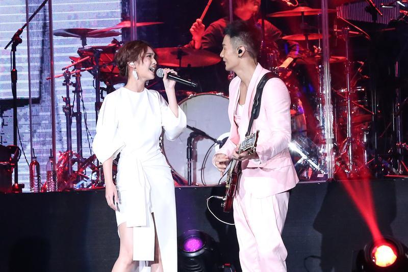 楊丞琳在男友李榮浩個唱上擔任嘉賓,除了合唱還放閃。