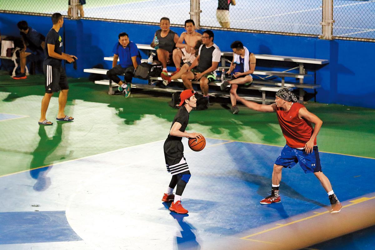 9/18 19:05 蕭敬騰一拿球,何潤東舉手擋投籃。