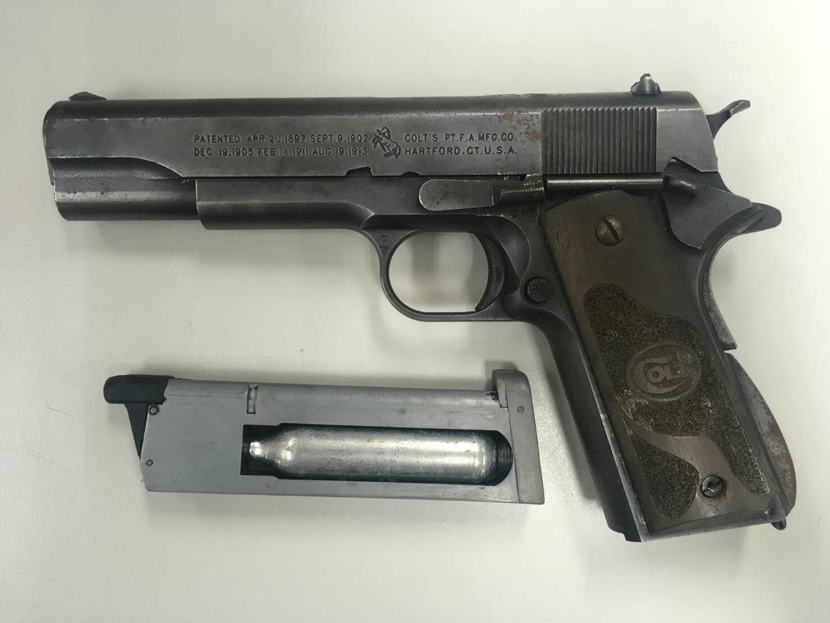 警方起獲暴力討債集團「威震堂」成員所持有的改造手槍。