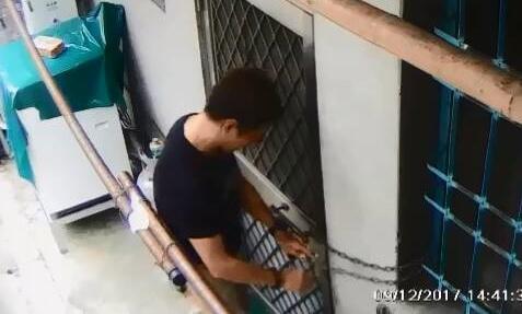 邱男以鐵鍊鎖門方式,讓債務人無法進出家門。