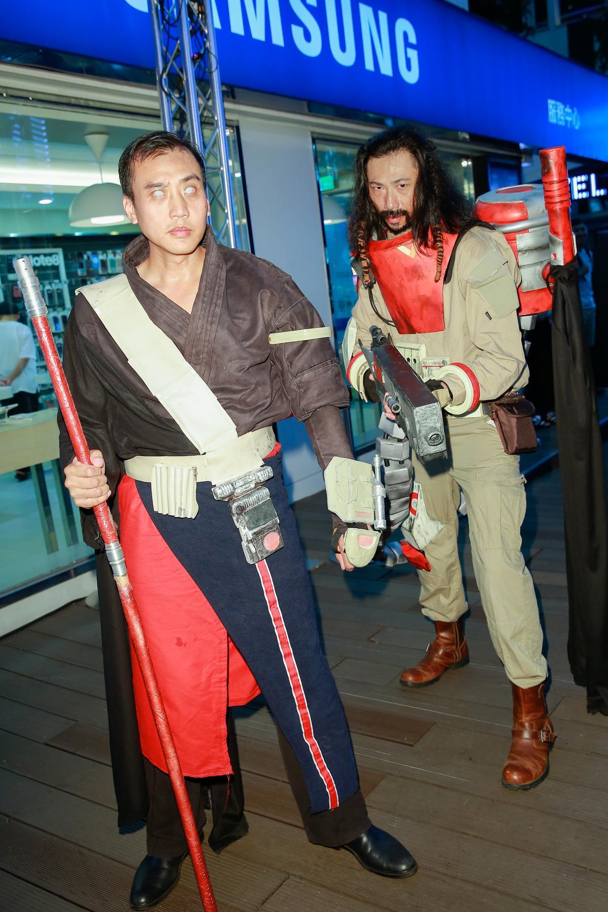 還有粉絲打扮成甄子丹與姜文在《星戰7》中的造型。