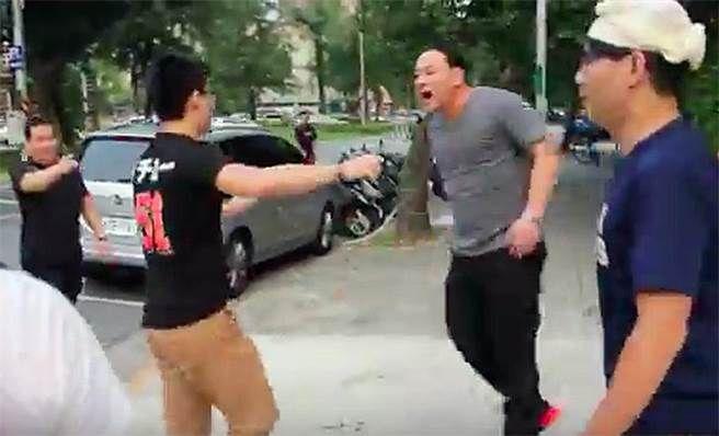 中華統一促進黨總裁「白狼」張安樂次子張瑋(右二)涉教唆傷害罪。(翻攝自網路)