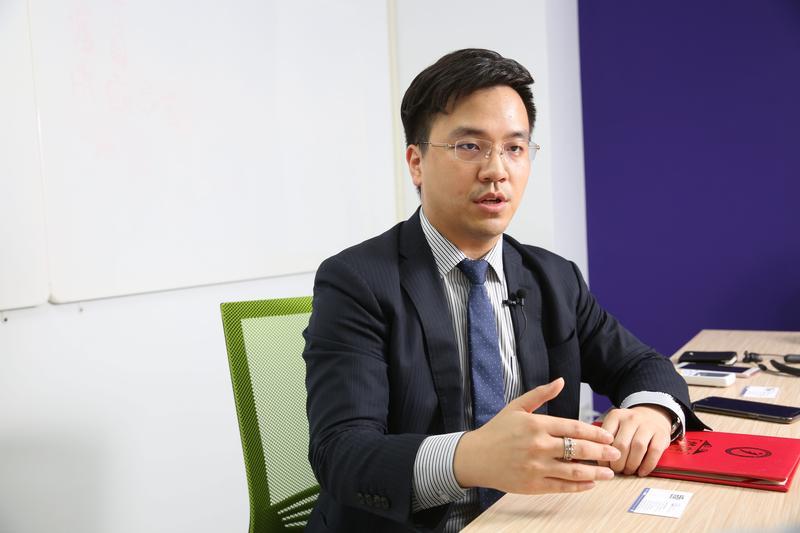 為了打進中國金融圈,沒有背景的言程序,選擇以真金實彈參加中國期貨比賽,6個月內收益率達500%奪冠,闖出名聲。