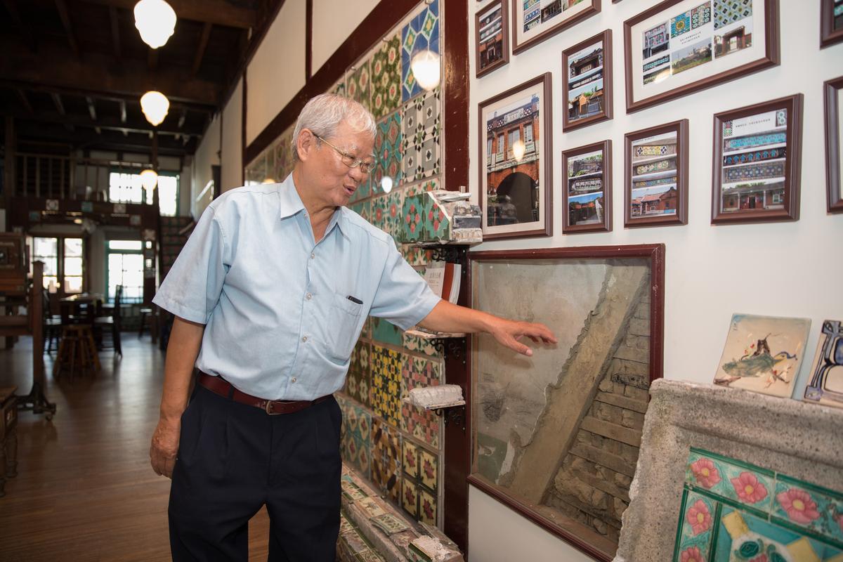 徐金龍是古厝的頭號解說員,從牆面結構介紹木材商的身世。