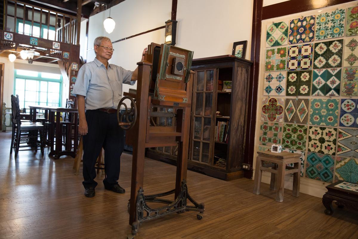 徐金龍示範木製老相機操作方法。