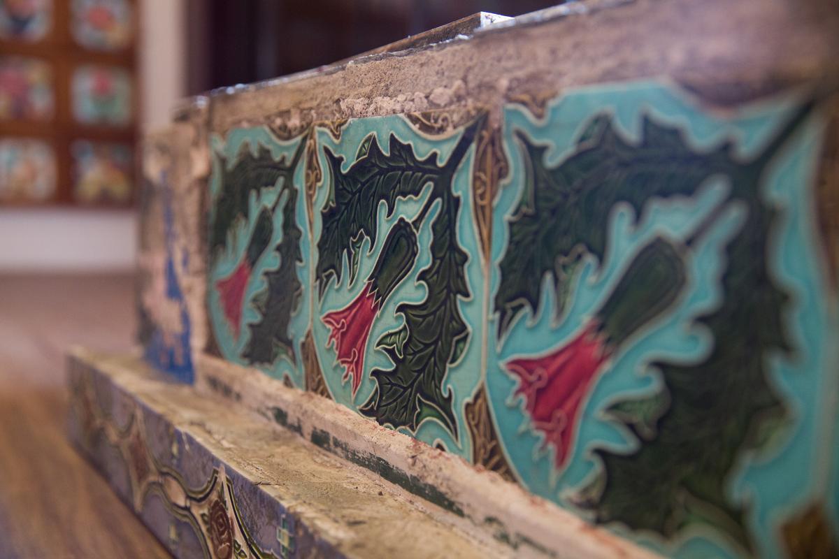 老花磚從屋脊取下,後續要切割、清除黴菌、刷洗,每片處理時間超過1個月。