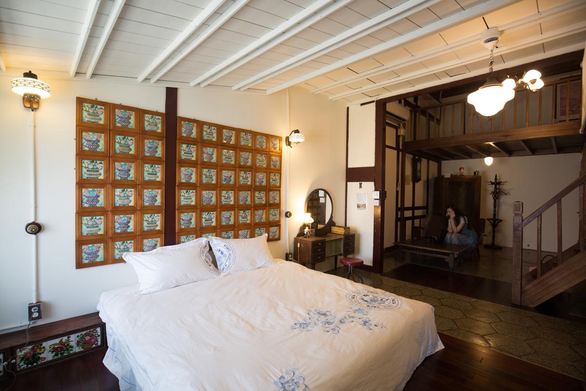 床頭的花磚牆、6角形地磚交織出老式情懷。