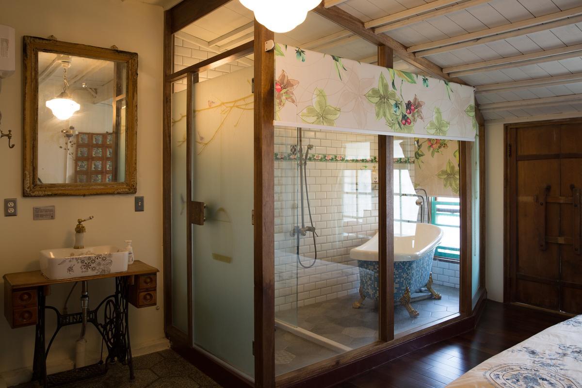 木材商留下的老鏡子,搭配馬賽克貴妃浴缸,很有味道。