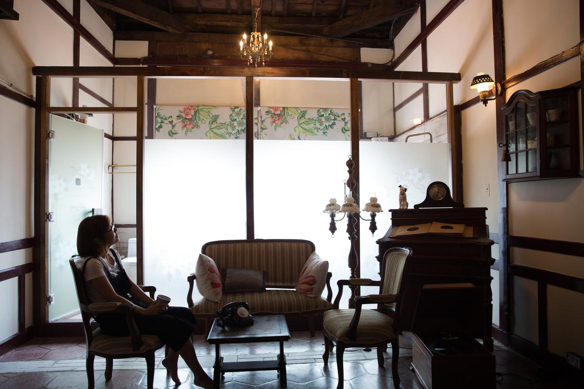 老屋樓上前廳以歐風呼應老花磚的文化背景。