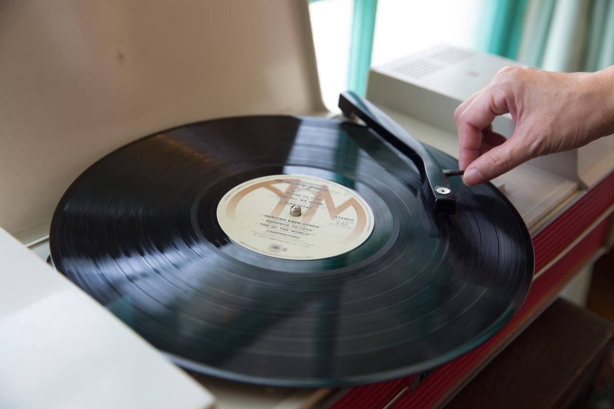 屋子裡的黑膠唱盤,流轉老式情歌。