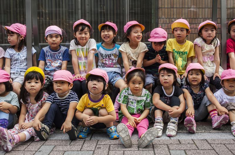 安倍政府打算推動「幼兒教育無償化」,並納入自民黨在10月22日眾議院大選的政見當中,估計這項政策,需要1兆2千億日圓。(東方IC)