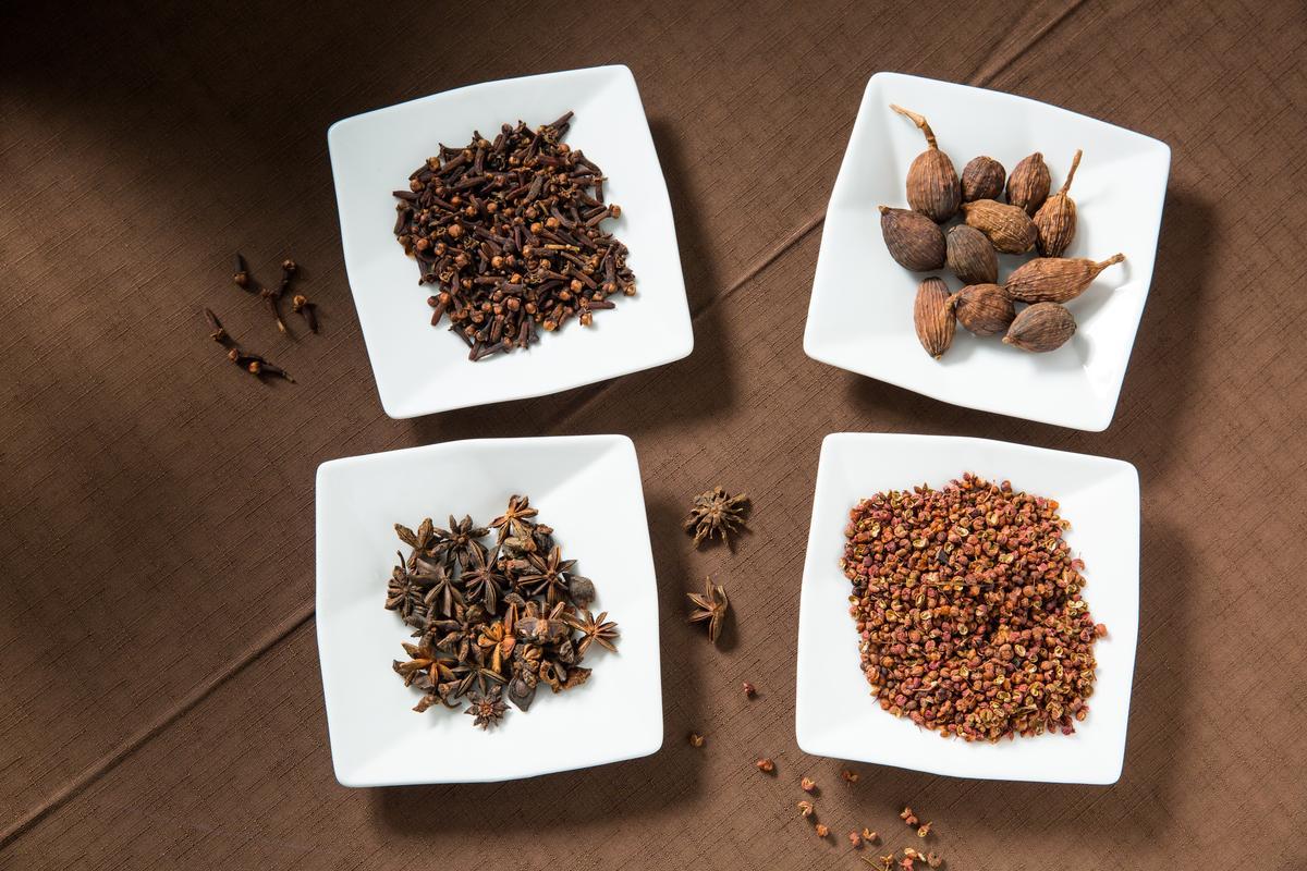 八角、草果、花椒、丁香為浸泡薩索雞的主要材料,讓肉吃來有淡淡辛香味。
