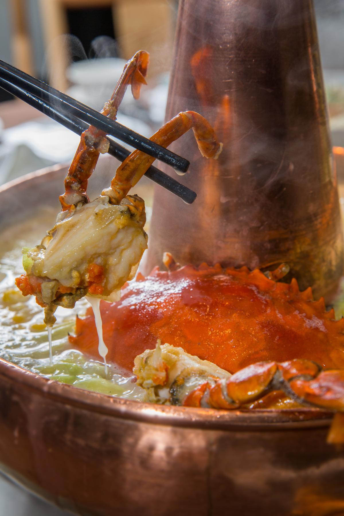 點火後留於鍋底的薩索雞油,會和紅蟳、老母雞高湯、豆漿、鮮蔬熬煮成「鮮菌玉米蔬菜雞湯」,湯濃甘美,濃縮了海陸精華。