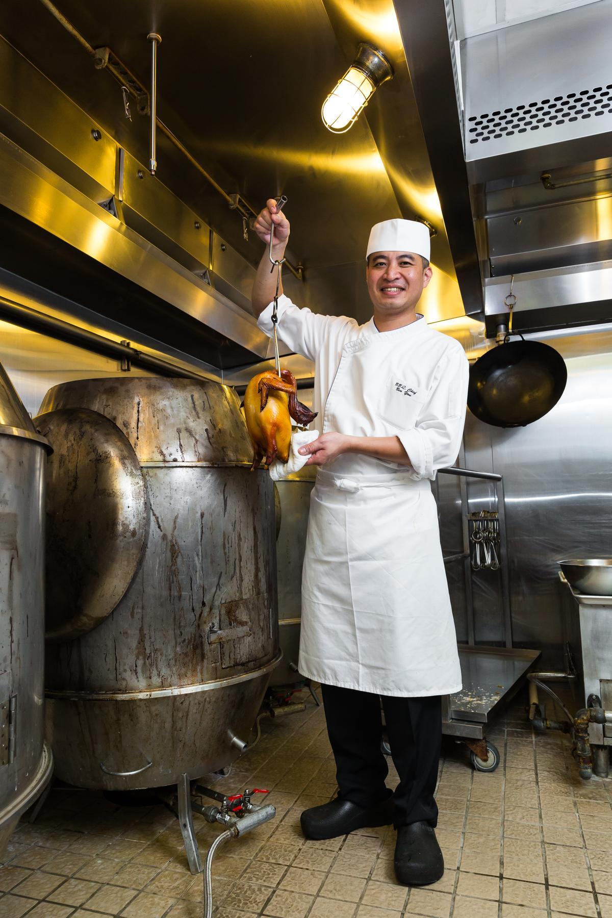「晶英軒」燒臘房主廚尤憲皇鑽研燒臘20多年,技藝純熟。