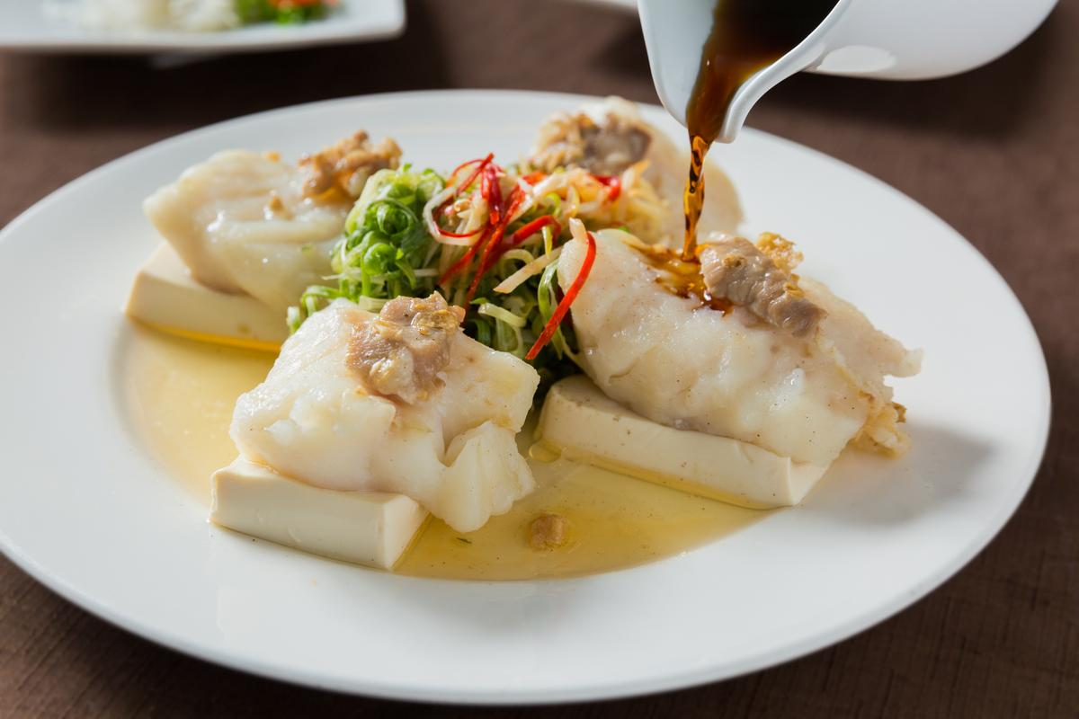 主廚私房菜「冬菜腩肉海魚柳」淋上醬汁,更顯魚鮮肉甜。