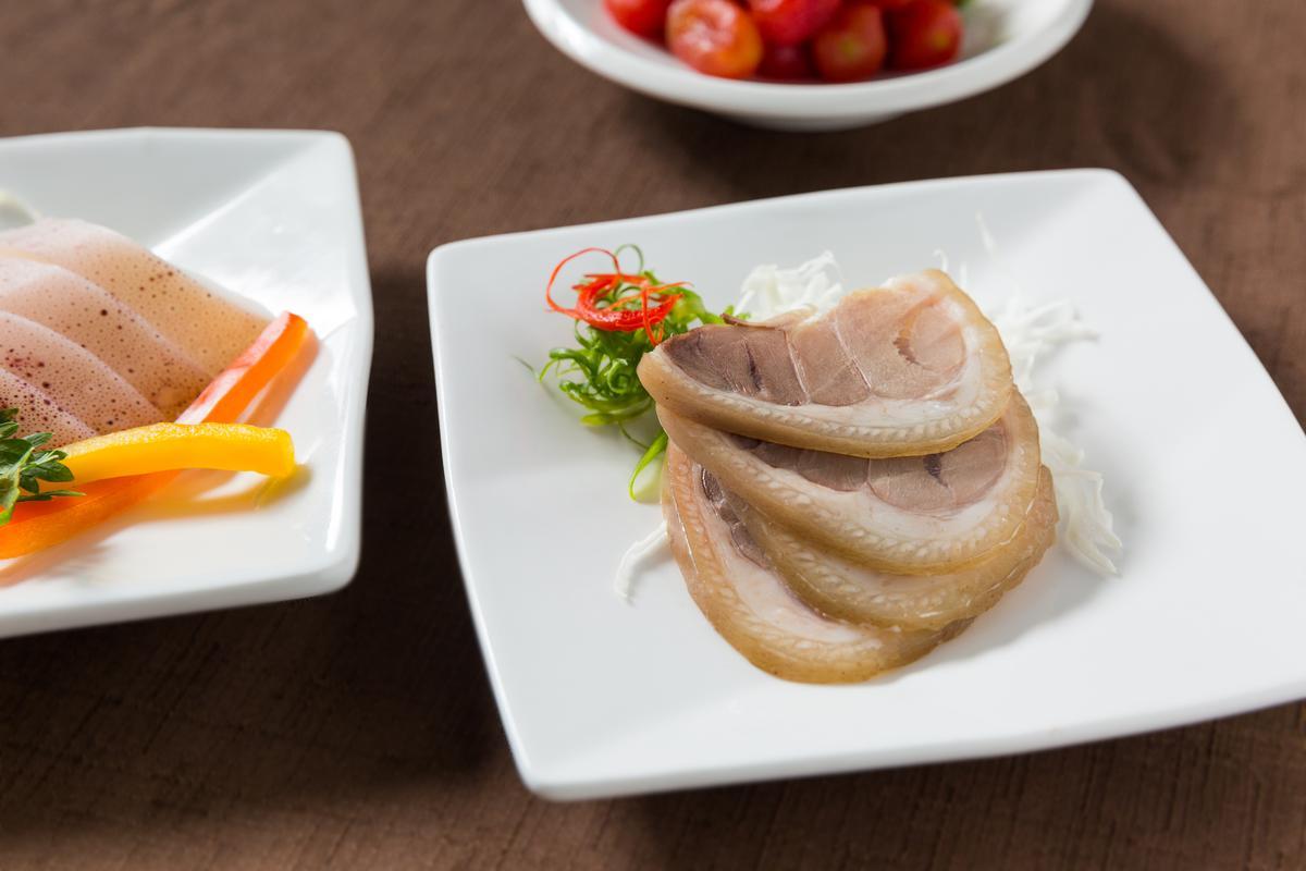 開胃小菜有「澎湖冰卷」「台南鹹水豬腳」「話梅小番茄」可選。