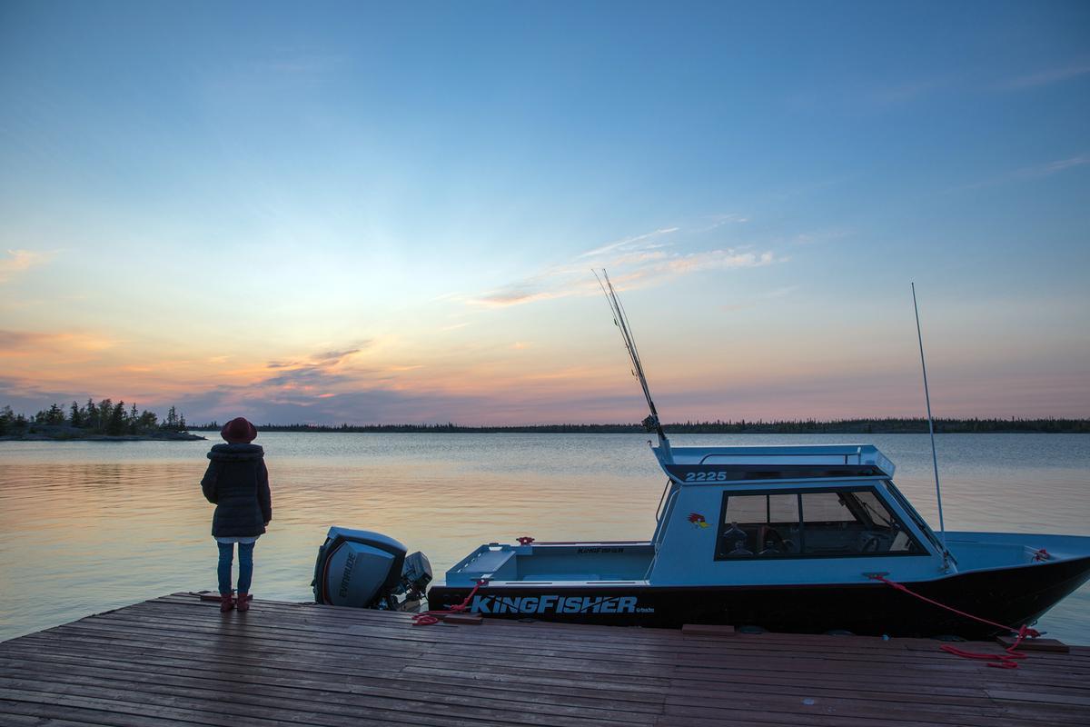 在小築的每個傍晚,能夠等到寧靜又唯美的夕陽落入大奴湖畔。