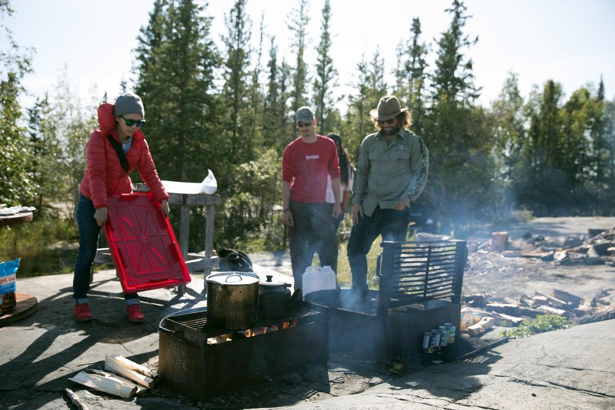 在小島上野炊,砍柴、生火、烹飪統統自己來。