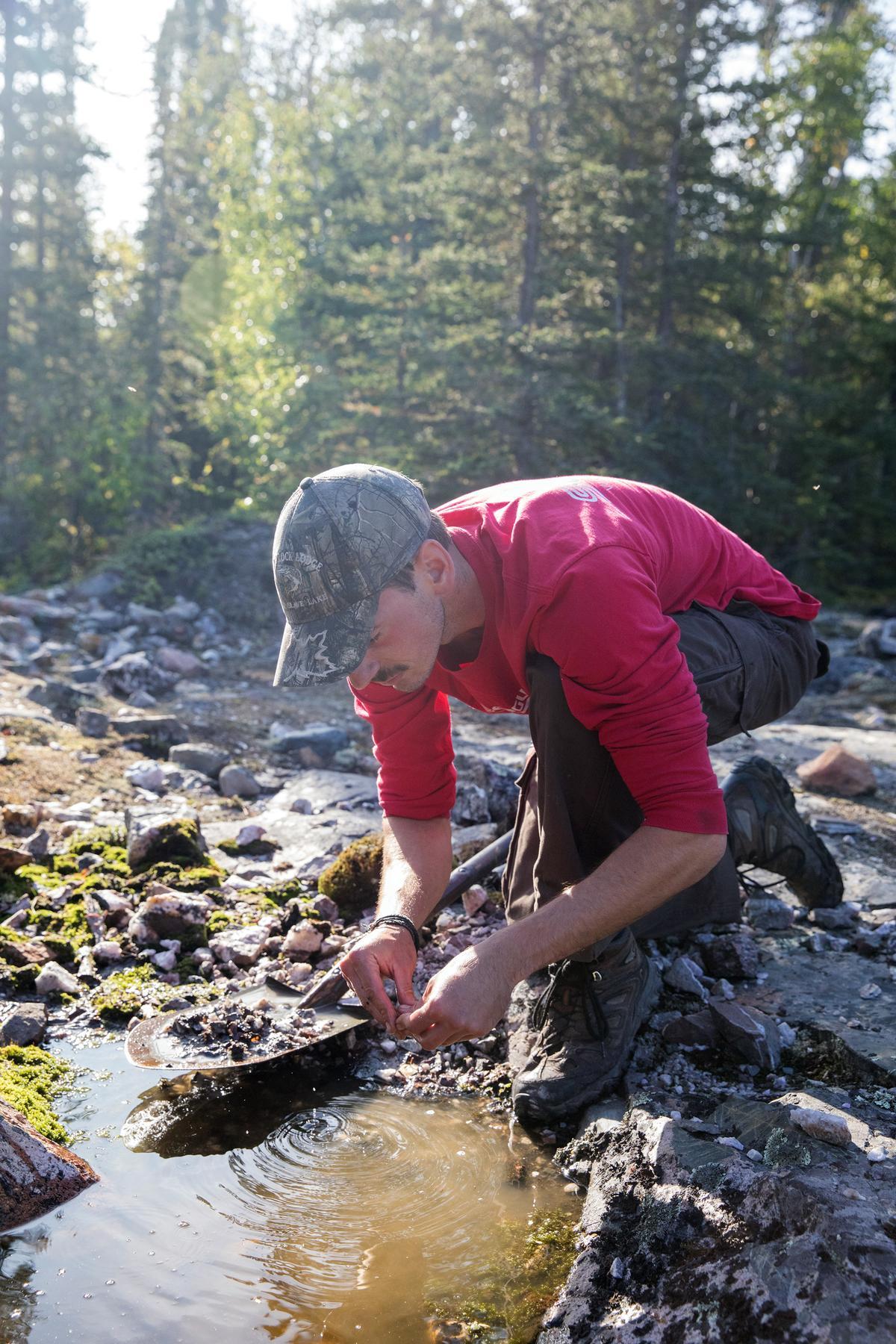 Chris示範在水窪裡分辨寶石。