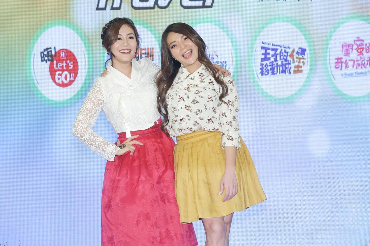 小甜甜(右)和王宇婕出席旅遊節目記會發表會。