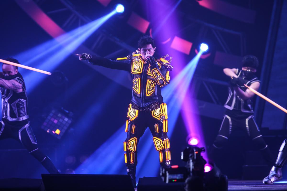 一開場周杰倫穿著「黃金電幻戰士裝」登場,兩首歌後立刻換裝氣勢驚人。