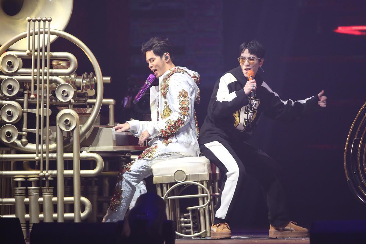 演唱〈告白氣球〉時,周杰倫與蕭敬騰走下舞台近距離接觸歌迷引起騷動。
