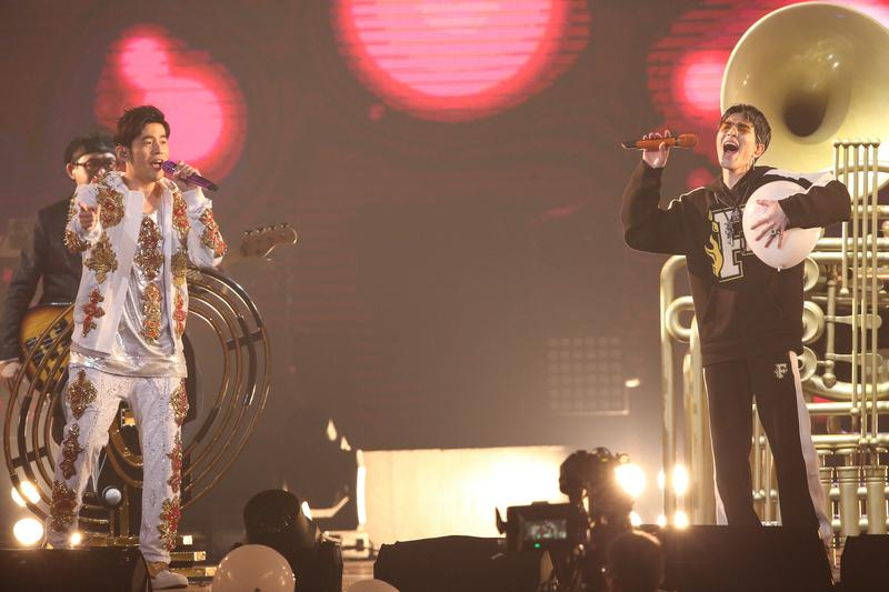 周杰倫邀請球友蕭敬騰當首場演唱會嘉賓,兩人合唱〈告白氣球〉並配合氣球讓現場浪漫到不行。