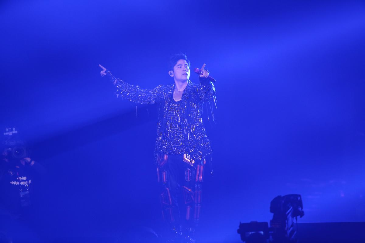 「地表最強」演唱會用大量燈光及高科技特效打造舞台,場面炫目華麗,並有8種主題場景。