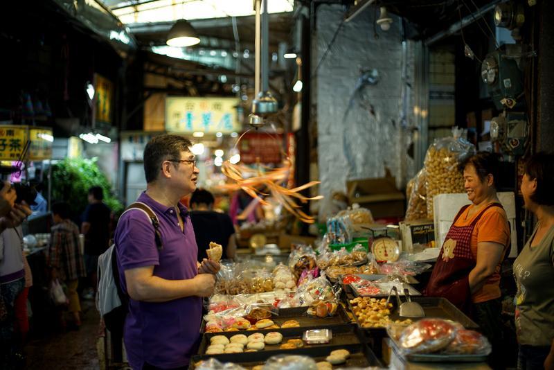 今年中秋節前,我們跟著很太愛台南、娶了台南太太,又定居在台南的「台南小吃一哥」王浩一,走訪他的台南私房老餅店。