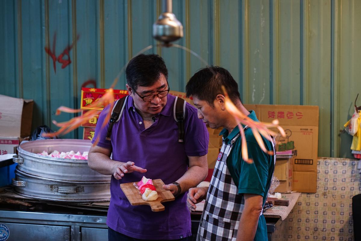 只在農曆七月製作的「三色糕」正好出爐,寶來香老闆之一的王清源(右)跟王浩一(左)說起老餅典故。