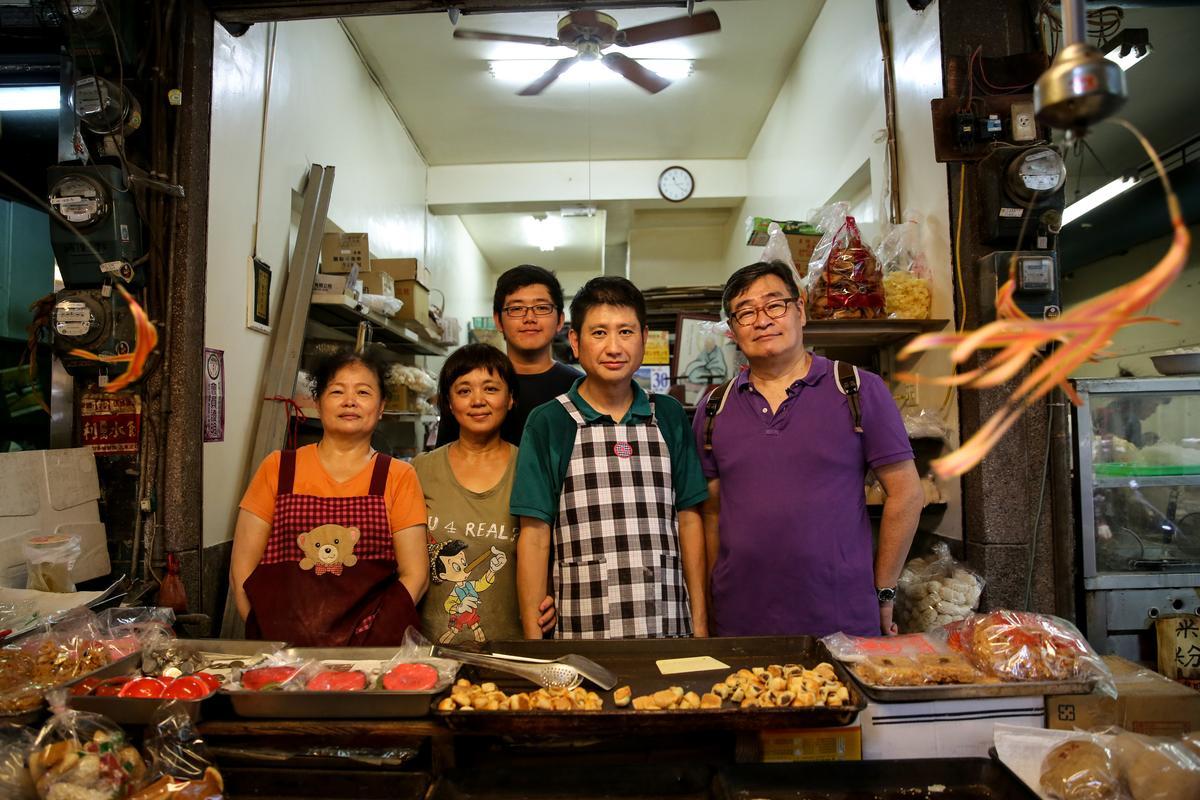寶來香是王浩一(右一)的私房老餅店,他和老闆一家人就像老朋友,他到隔壁吃麵,店家會先把麵錢付掉。