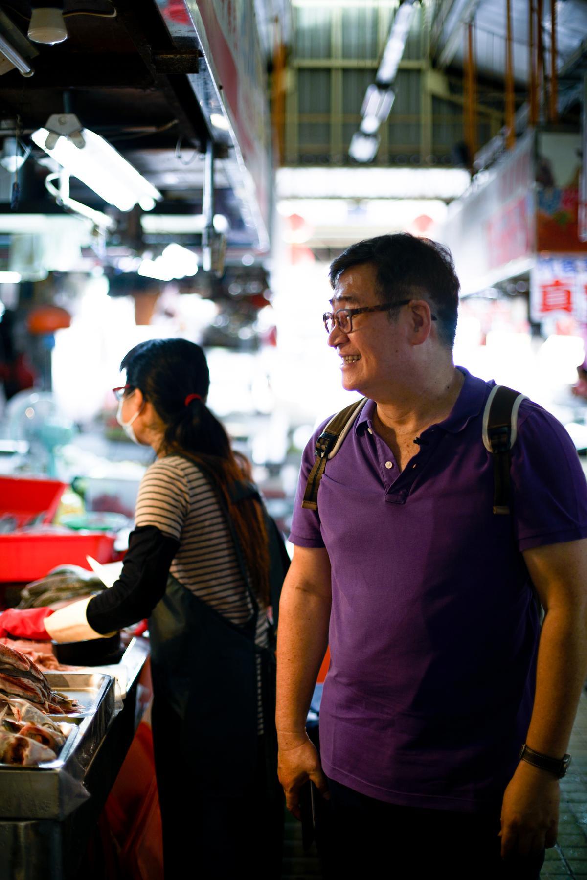 王浩一走進水仙宮市場,認識的魚攤老闆娘喊住他,說要送魚給他。