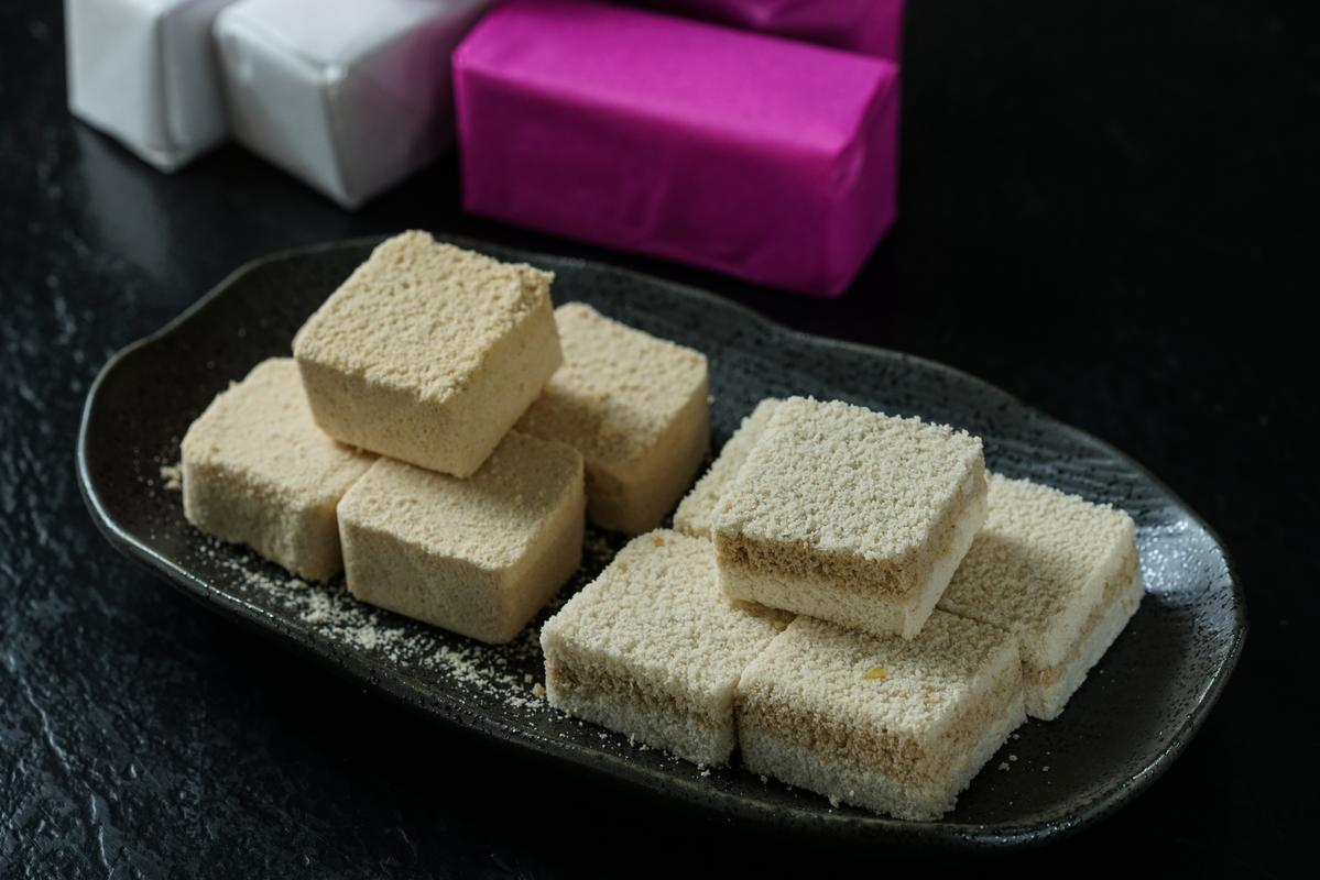 「綠豆糕」(左,30元/包)鬆香微帶粉粒感,「鹹糕」(右,30元/包)則有暖香肉桂味。