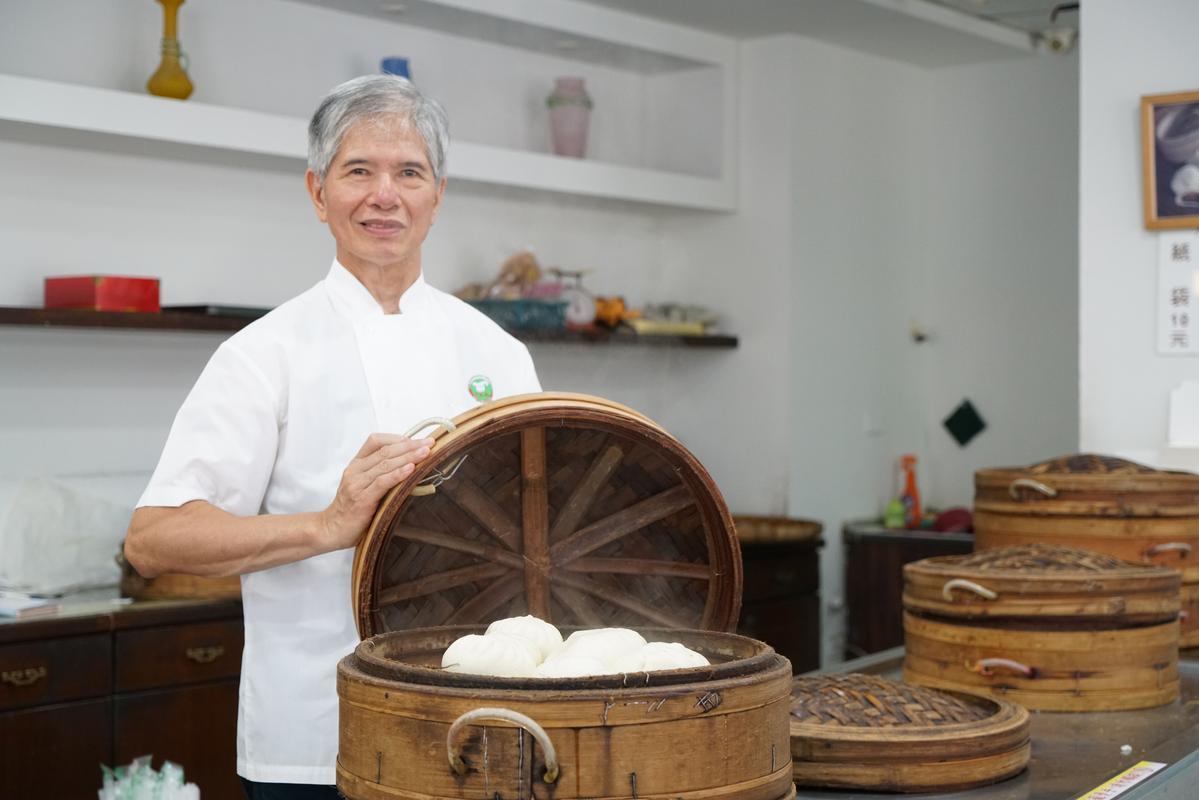 來萬川號買顆蒸得熱燙的「大肉包」或「水晶餃」,是許多台南人的日常點心。