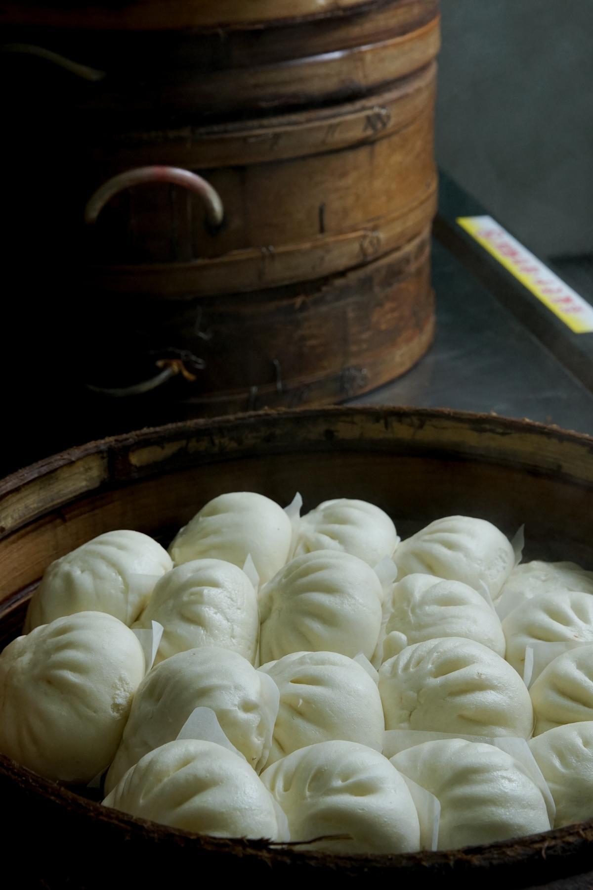 萬川號櫃台上的蒸籠,永遠冒著煙氣熱蒸著肉包點心。