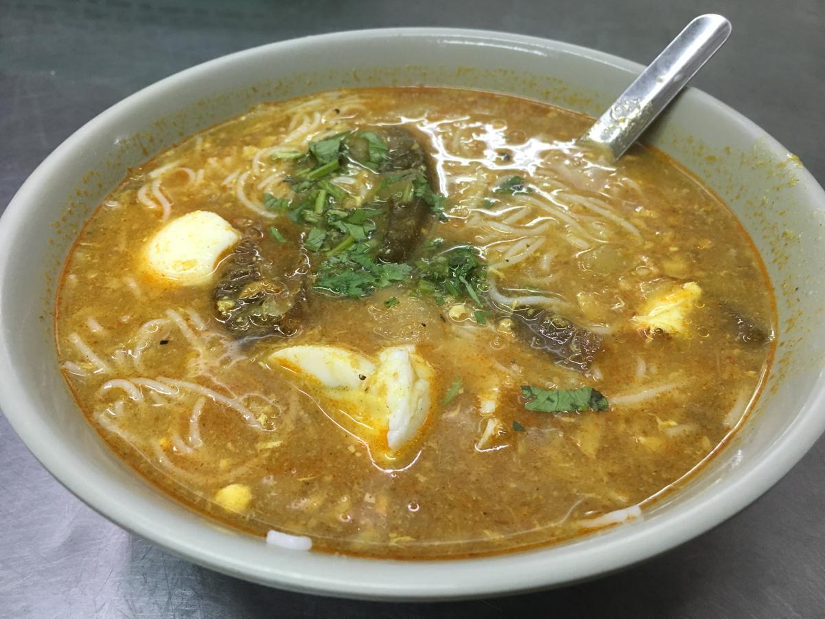「魚湯麵」有點像金山麵的湯麵版,但麵條換成米線,味道相對清淡爽口。(60元/碗)