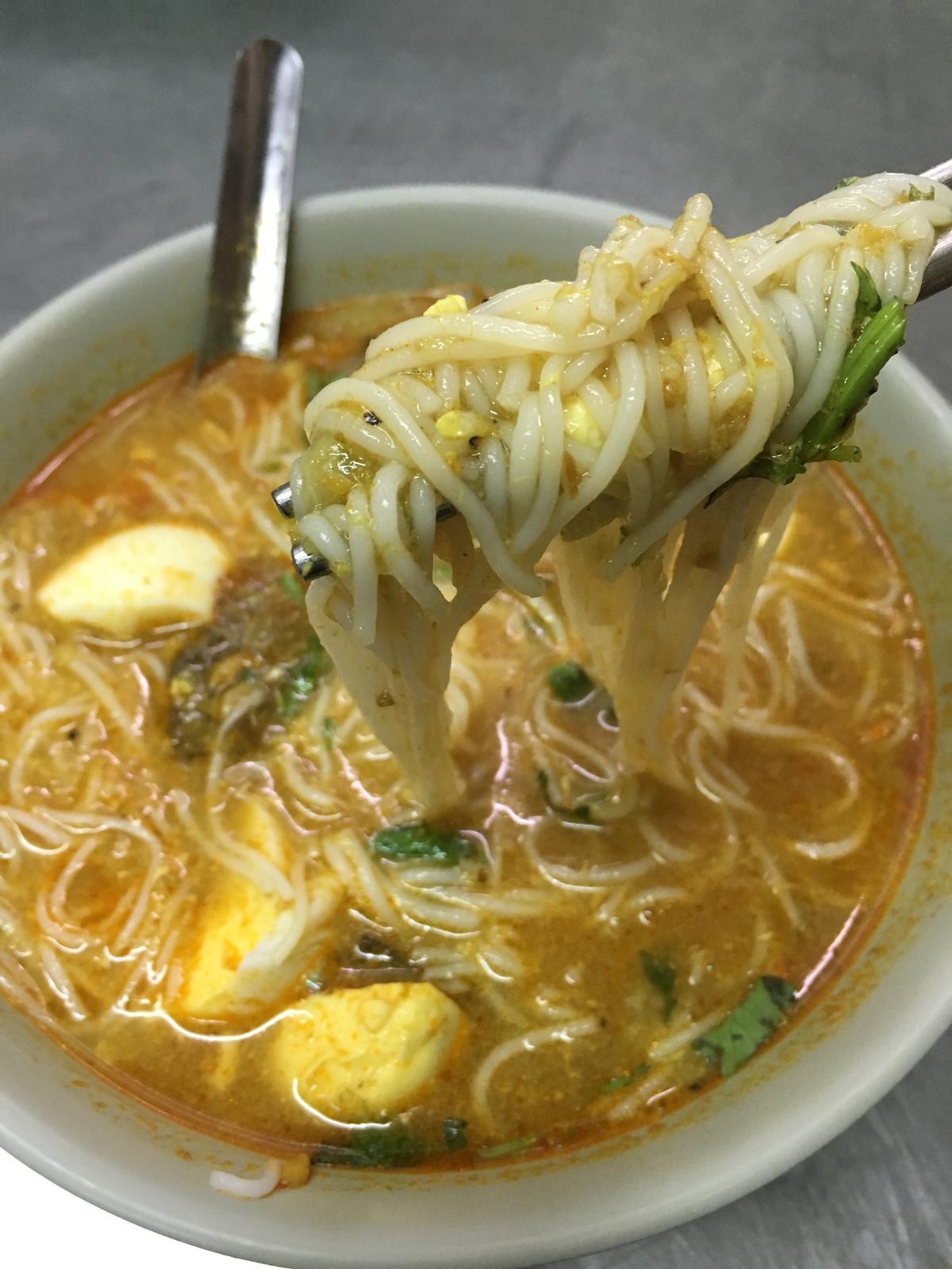 「魚湯麵」吃起來也有點像咖哩口味的台式米粉湯。