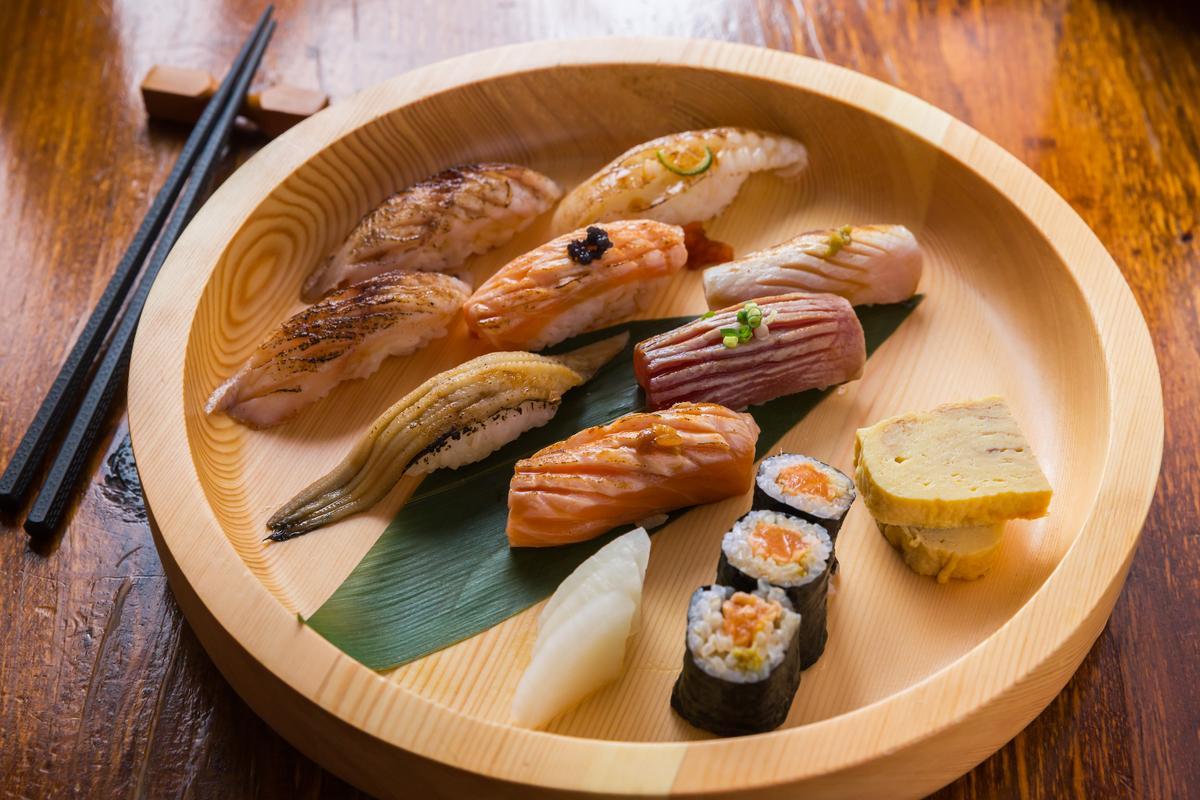 「炙燒握壽司」會在魚肉上劃刀斷筋,不僅看起來更美味,也能製造入口即化的效果,爽脆的柚香蘿蔔能中途解膩。(460元/8貫)