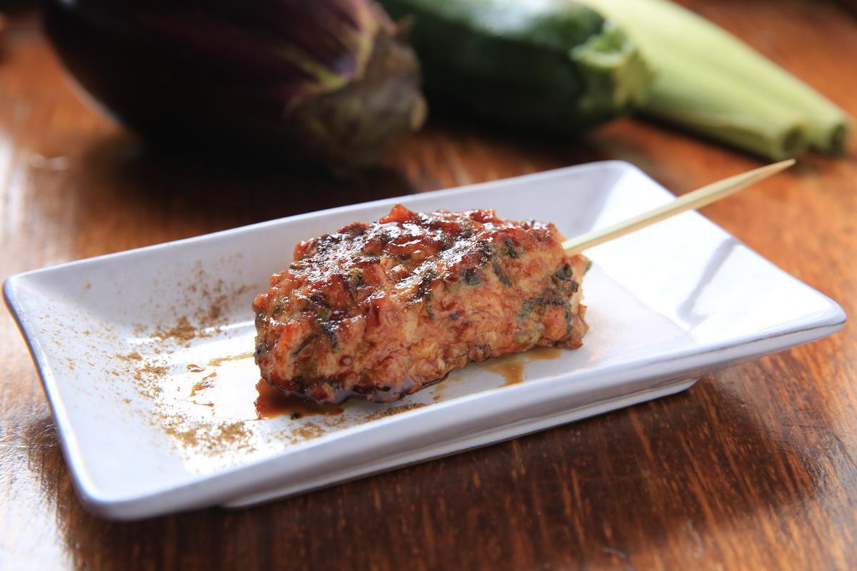 撒上日本山胡椒粉增香的「手工雞肉丸子」,肉質嫩甜又有雞軟骨的彈脆,尾韻飄出紫蘇的清香。(80元/串)