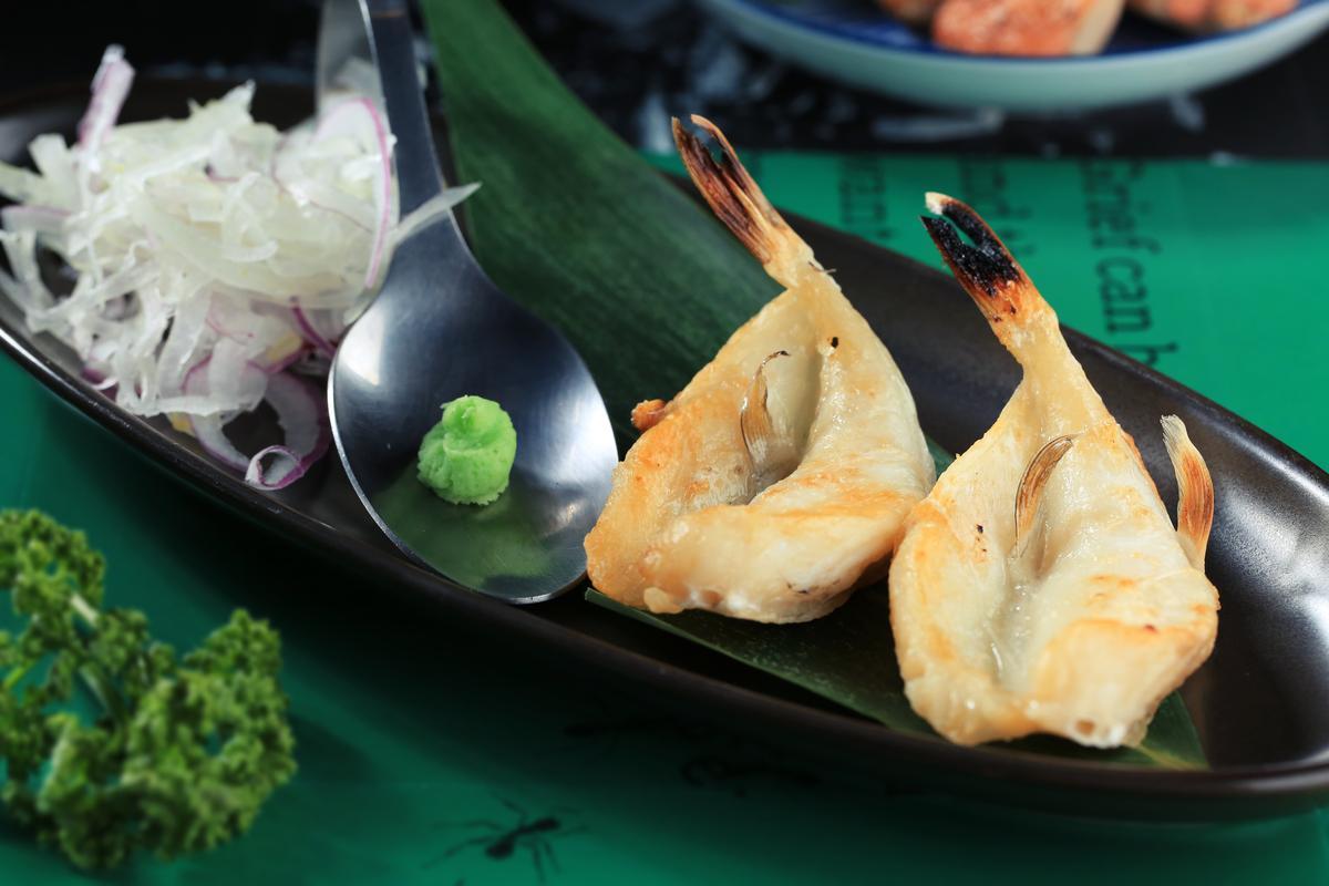 「河豚一夜干」的肉質不如竹莢魚或花魚般油滑細嫩,較偏紮實口感,沾點芥末,能把含蓄的魚味帶出來。(250元/份)