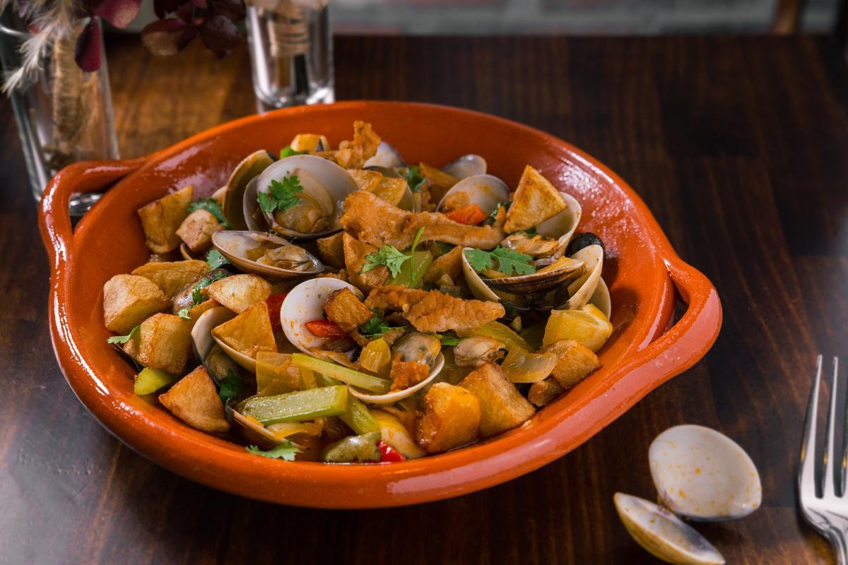 「松阪豬蛤蜊」會先將豬肉用白酒醃漬,再與蛤蜊、馬鈴薯丁燉煮,肉料吃起來有白酒、檸檬、黑橄欖的香氣。(720元/份)