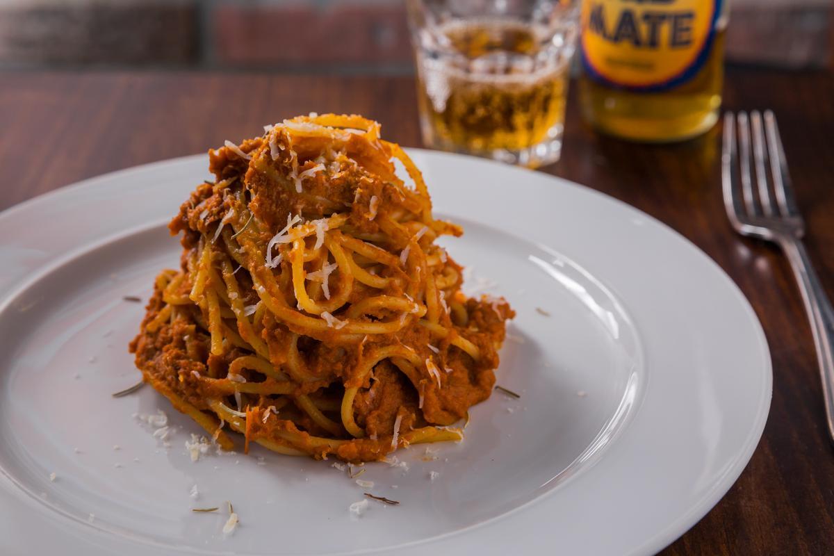 「肉醬義大利麵」的醬汁會熬煮約4小時,讓番茄的水分進到肉裡,再與麵條拌煮入味,屬於南義乾醬的做法。(380元/份)